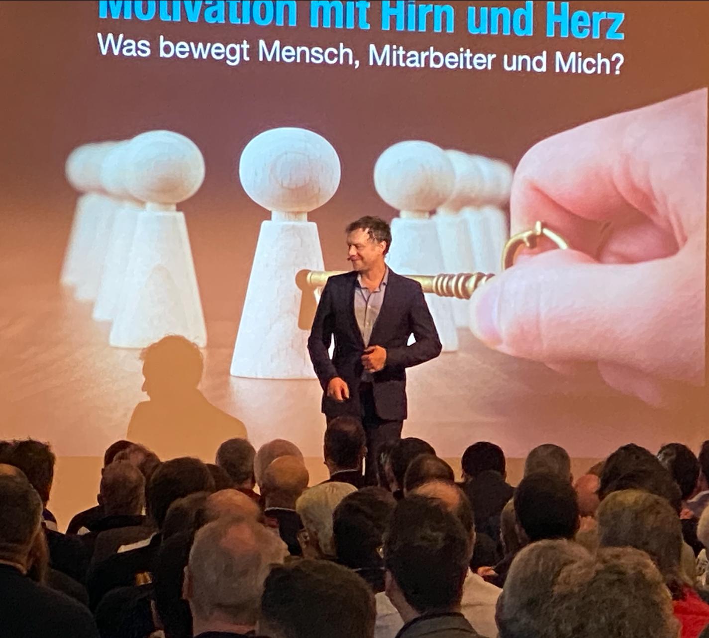 Motivation entsteht im Hirn, aber entwickelt sich durch ganz viel Herz Bild 3- Baufachkongress BAUMIT Oberstdorf - Dr. Volker Busch